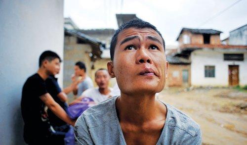 6月10日,上林县大丰镇塘马村年轻人曾建荣终于回到家乡,加纳的淘金梦留下了很多可怕的经历。(本报记者 姬东 摄)