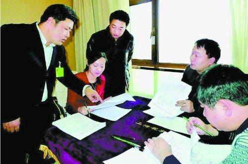 陕西榆林人大代表开会住5星酒店 围麻将桌办公
