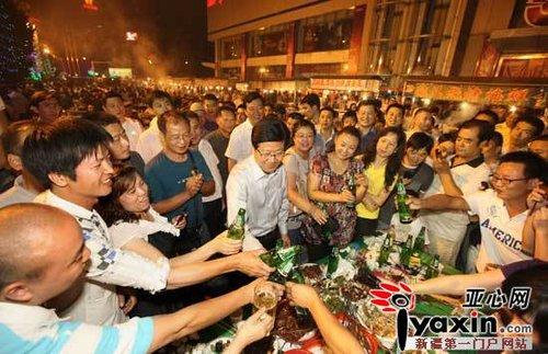 张春贤赴乌鲁木齐夜市考察 与市民共举杯(图)