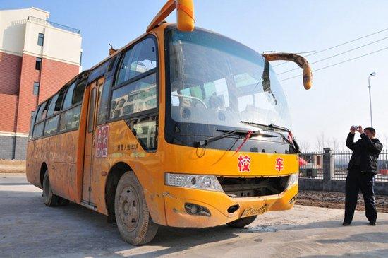 江苏丰县校车事故:侧翻时校车上至少41名学生