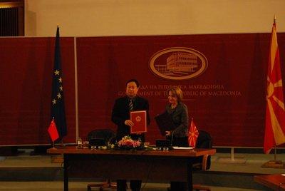 中国向欧洲国家马其顿援助校车(组图)