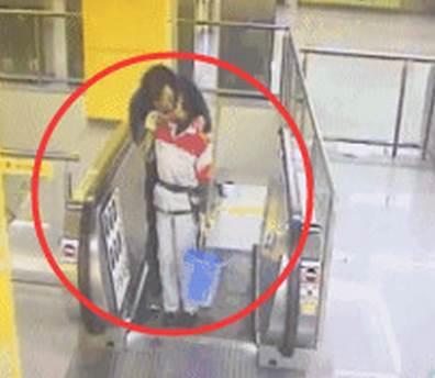 男子在地铁站强吻保洁阿姨后逃离,此人需要电!