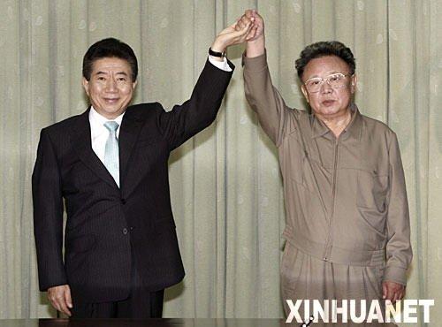 2007年10月4日,朝鲜最高领导人金正日和韩国总统卢武铉在朝鲜首都平壤签署了《北南关系发展与和平繁荣宣言》。这是金正日与卢武铉在交换宣言文本后举手致意。 新华社发