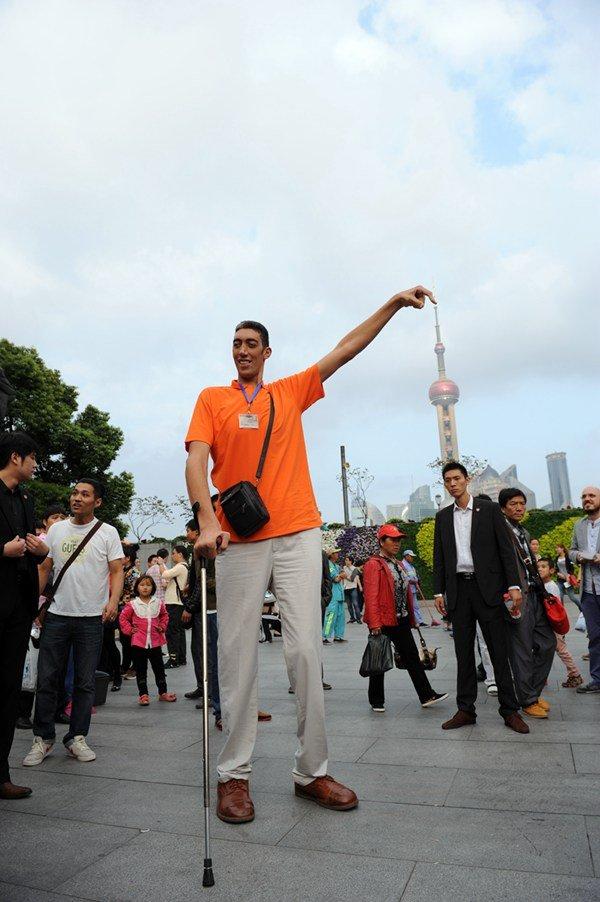 是目前世界上长的最高的人.他生活在土耳其东南部城市马尔丁.他