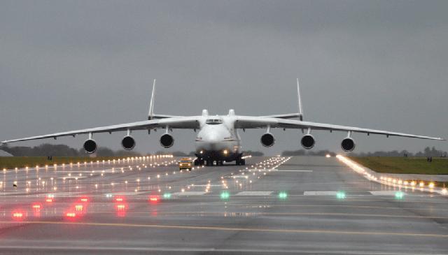 """媒体称世界最大运输机安225正式""""嫁入""""中国"""
