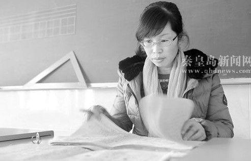 秦皇岛教师因患腰病跪地上课感动无数网友(图)
