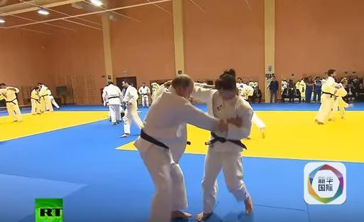 普京视察俄柔道国家队南部训练中心,并与包括奥运冠军等高手同台过招。