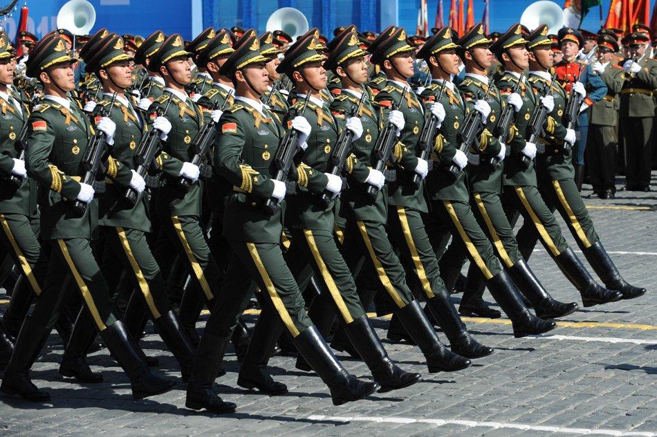 中国人民解放军三军仪仗队在彩排中列队行进. -征兵季带你走军营