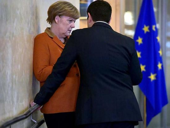 """媒体戏称德国总理默克尔遭希腊总理""""壁咚""""(图)"""