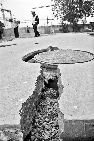 南京一楼房不规则沉降 墙体路面间现20厘米裂缝