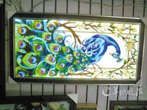 花儿绽放,蝴蝶翩翩起舞,鸟儿在枝头上歌唱……这幅玻璃瓶上的立体彩绘图片