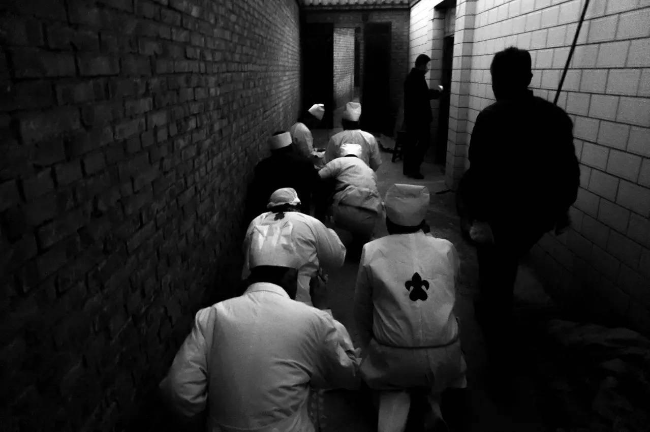 2016年12月15日,夜幕降临,死者的子孙们跪在医院停尸间外的地上,恭迎死者的灵魂,送灯仪式开始。