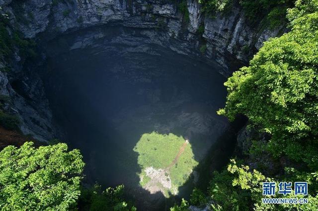 湖北宣恩现290多米深天坑 有独立生态系统