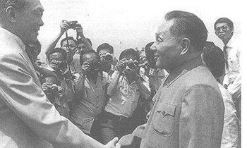 1978年邓小平出访新加坡受到李光耀的热烈欢迎
