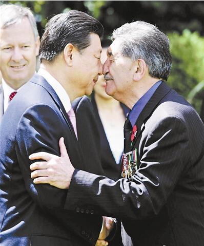 习近平夫妇与新西兰毛利族人行碰鼻礼(图)