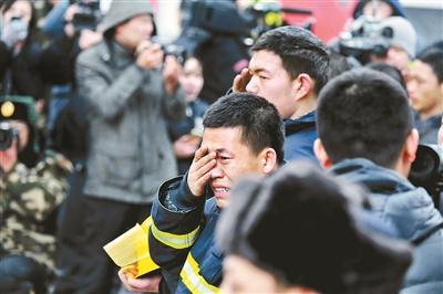 """哈尔滨大火消防通道被占 消防车""""隔楼""""灭火"""