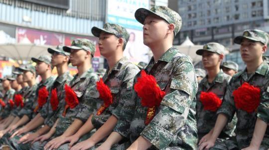 外媒评中国征兵标准:米饭青菜被西方快餐打败