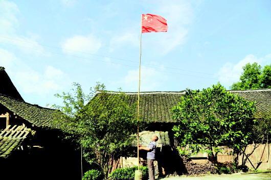 68岁老人坚持每天升国旗 18年6500多天风雨无阻