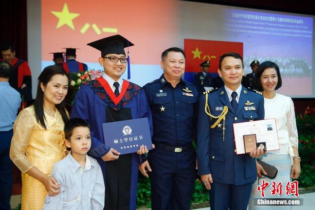 解放军首次向61名外国高级军官授军事硕士学位