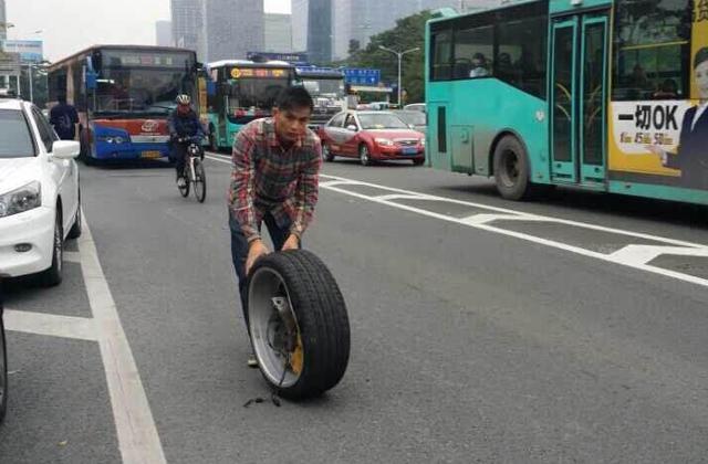 组图:深圳一法拉利撞公交车 车轮飞出受损严重