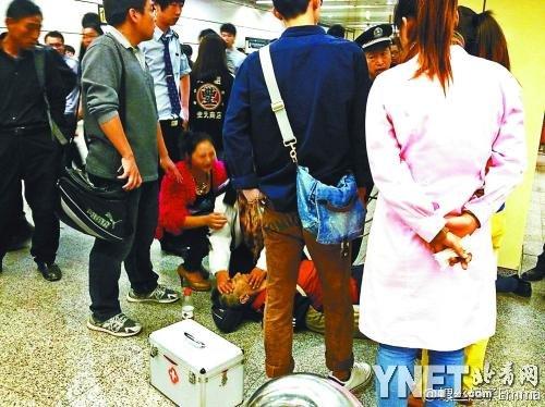 北京地铁一老人因拥挤与两女孩争吵后猝死(图)