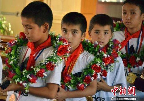 乌鲁木齐市第五小学足球队横扫日韩夺冠受表彰