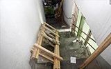 高层住宅遭半米厚水泥封门 屋内男孩搭木梯逃生