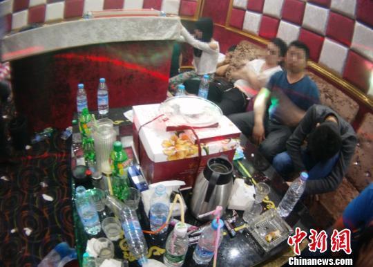 """南昌""""90后""""庆生开吸毒派对 经尿检60人被拘(图)"""