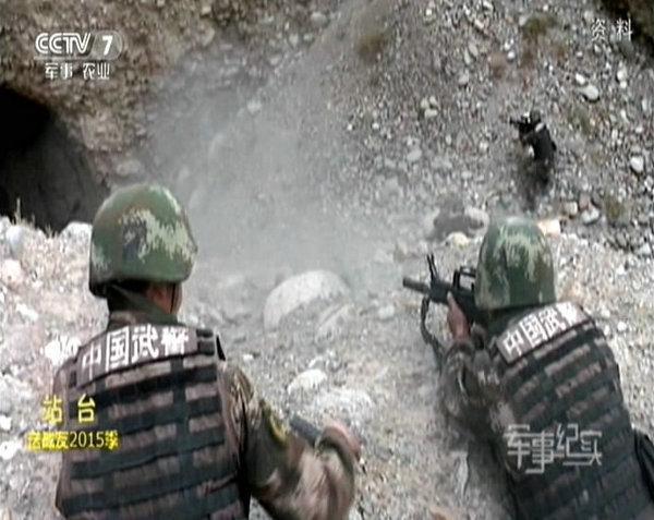 9月18日凌晨5时许,一伙暴徒袭击了阿克苏地区拜城县海拔2600多米一山区偏远煤矿,并设伏袭击前往处置的民警,造成11名各族无辜群众死亡、18人受伤,3名民警、2名协警牺牲,暴徒逃窜深山负隅顽抗。图为新疆武警歼灭暴恐团伙最新画面。