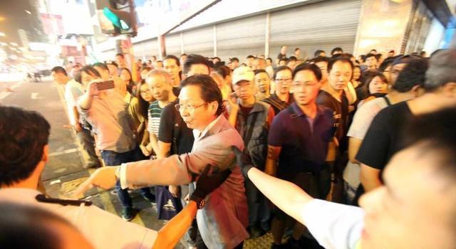 """香港""""占中""""现场目击:警察面对挑衅愤怒但冷静"""