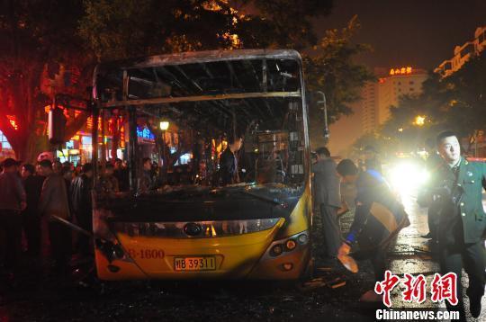 乘客回忆柳州公交车起火:车子一分钟内被大火吞噬