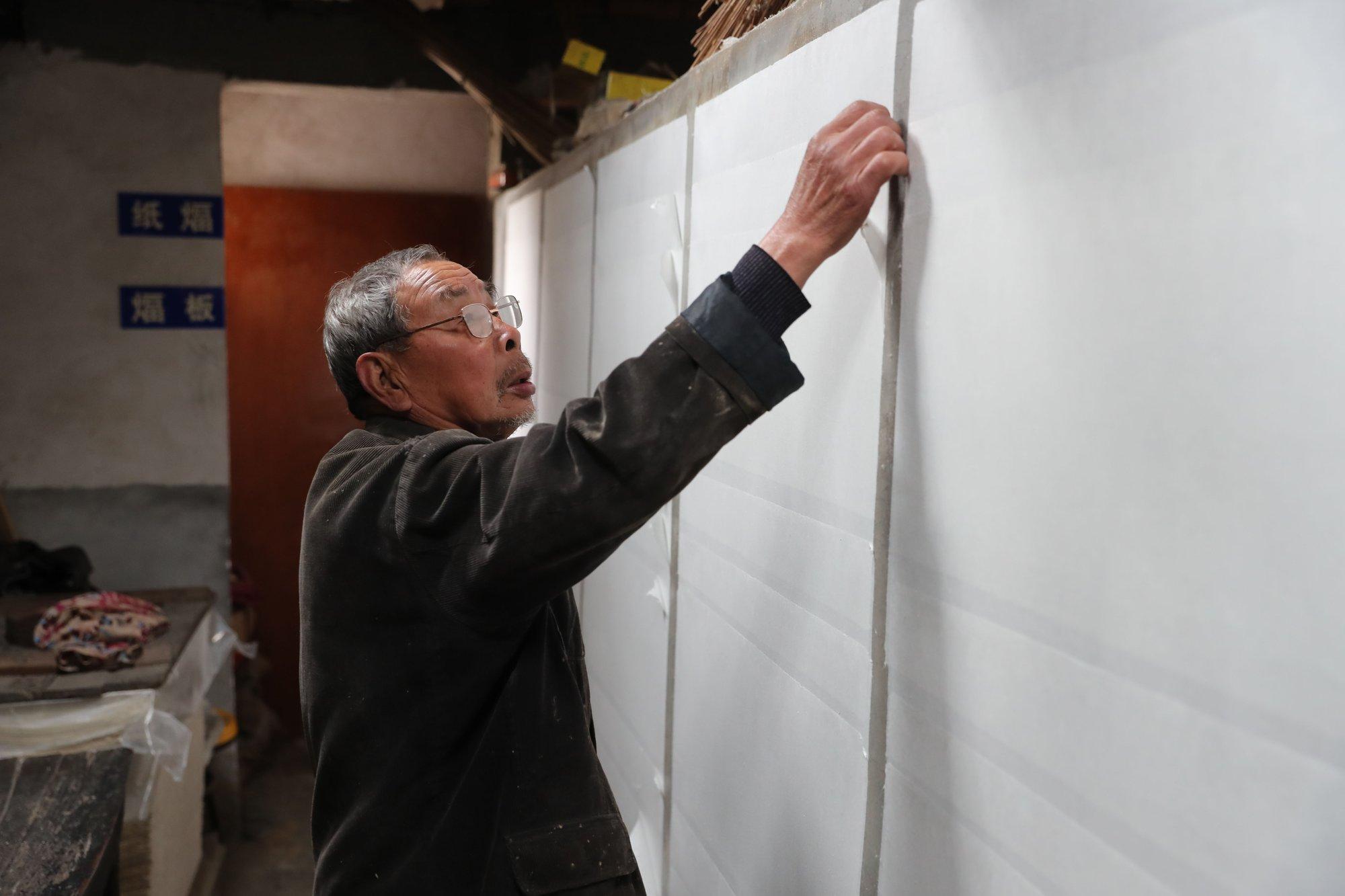82岁老人坚守古法造纸60年