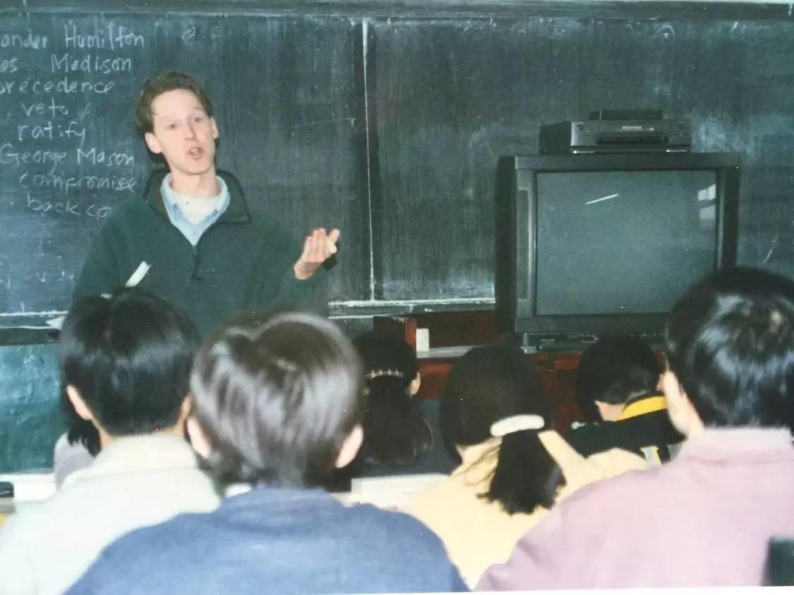 Rob Schmitz早期在学校给学生们上课。