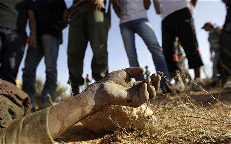 疑似卡扎菲军士兵墓地曝光 或曾遭反对派虐待