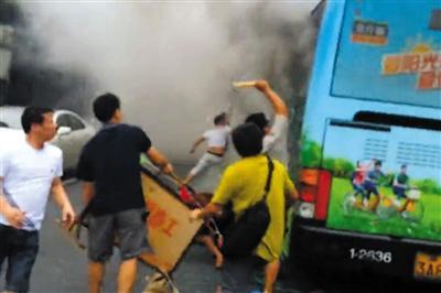 杭州公交起火致32人伤 车厢能闻到助焊剂味道