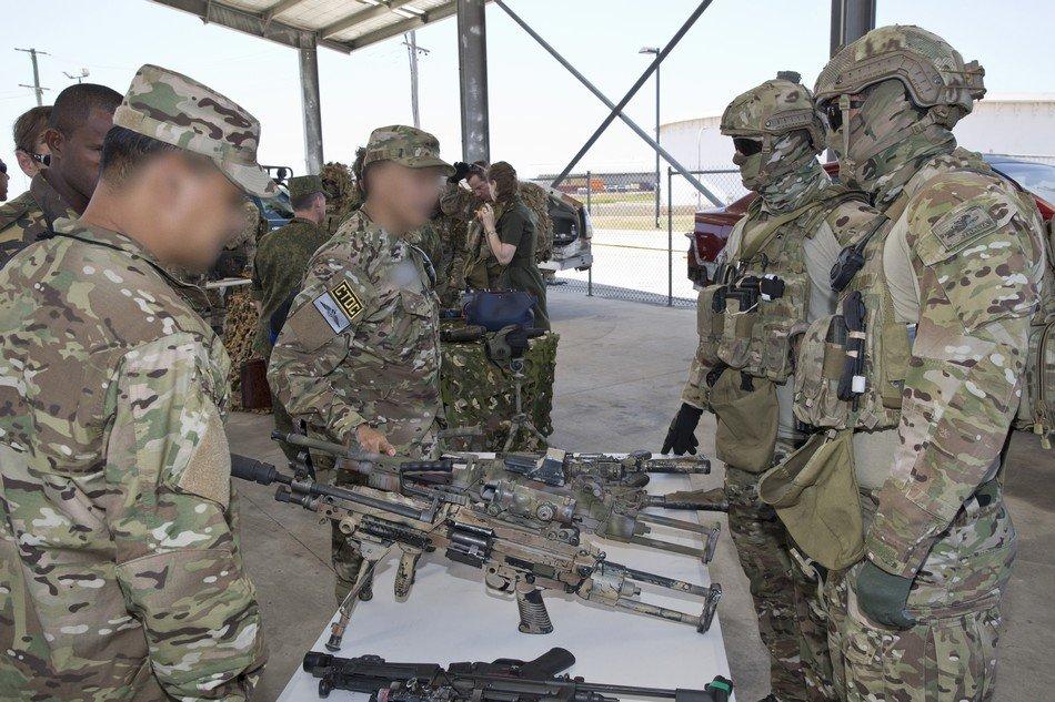 中国军官仔细研究澳特种部队装备图片