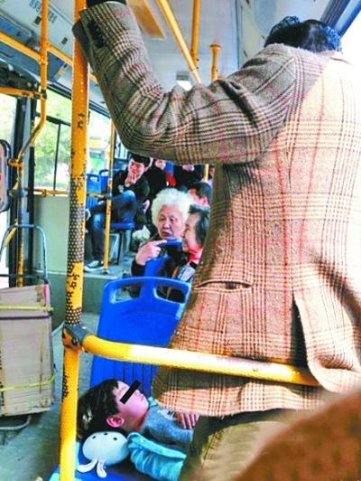 孙女躺公交车上睡着 爷爷站20分钟为其挡太阳_新闻_腾讯网 - 自由百姓 - 我的博客