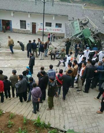 贵州农用车侧翻致14死 事发时正要开扶贫搬迁会