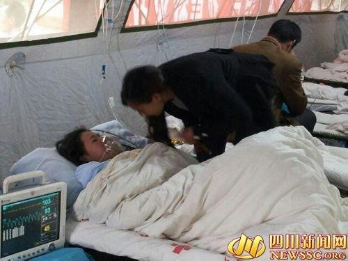 宝兴县12岁女孩被埋后从废墟中独自爬出