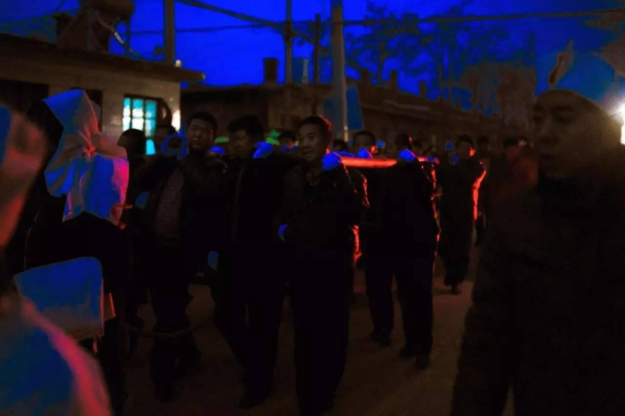 第三天清晨天刚蒙蒙亮,起灵仪式开始。队里的乡亲们带着白手套抬着棺材从灵堂出发去往墓地。乡亲们本着同乡情谊来帮忙,事后每人得到一包烟作为感谢。