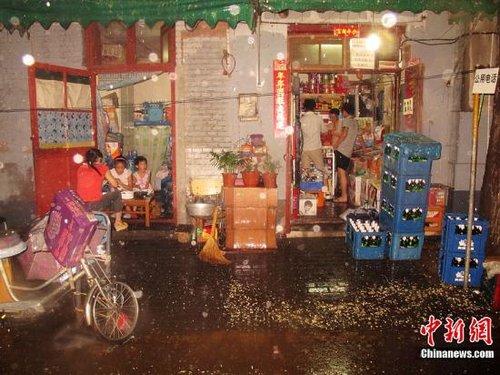 北京/7月27日傍晚,北京降下雷雨,市政相关部门降雨预报充分,市民...
