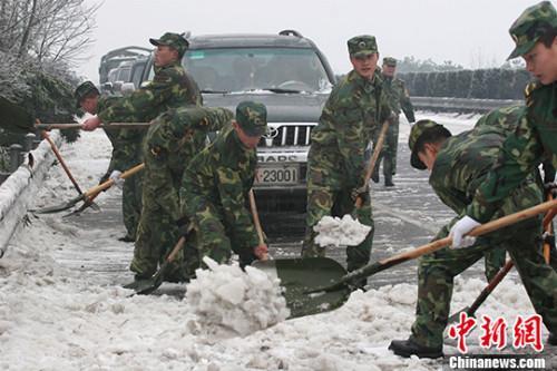 """全国多地大风降温 今年冬天真会""""冻哭""""?"""