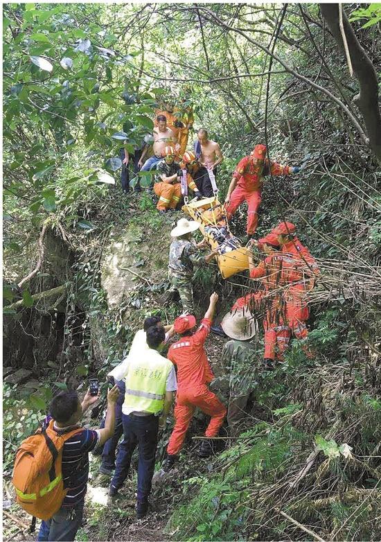 女子为拍照片掉进20米高悬崖 几十名救援者救出