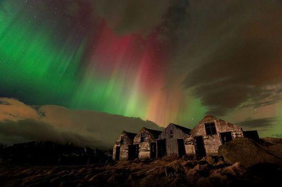 照片中的极光非常罕见,包含有红、绿,甚至紫色