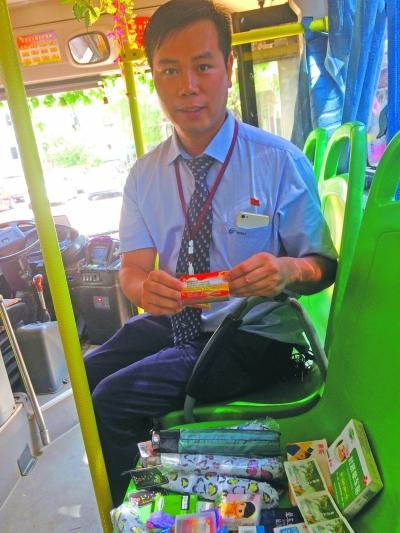 公交司机24年花费数万元装饰车厢服务乘客