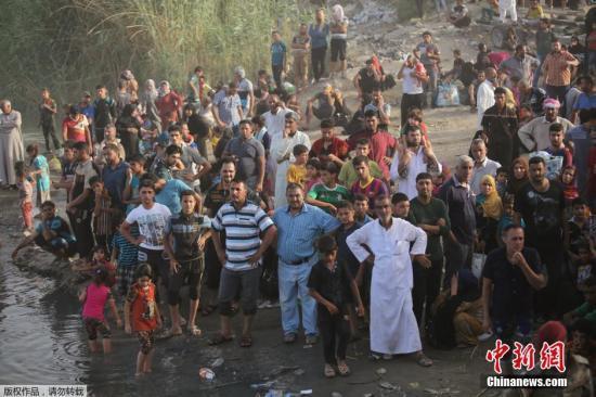 """当地时间2015年5月19日,伊拉克巴格达,从拉马迪逃离的民众抵达巴格达郊区。5月17日,""""伊斯兰国""""极端武装成员攻陷伊拉克拉马迪。"""