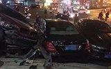 杭州街头5辆豪车连环撞 宝马奔驰全毁了