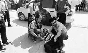 温州一交警被撞伤 有人撑伞遮阳有人拿毛巾降温