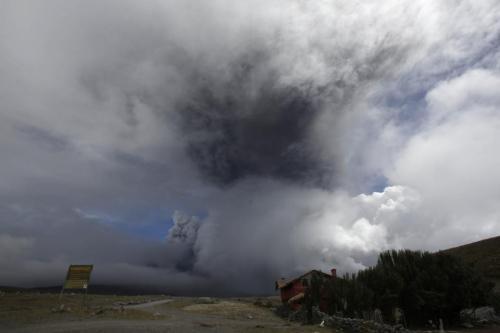 厄瓜多尔一座火山喷出火山灰冲上5公里高空(图)
