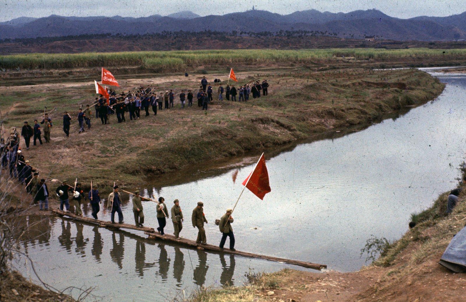 1966年,翁乃强主动向编辑部申请,跟随学生前往江西等地,重走长征路,沿途记录学生传播毛泽东思想的活动。